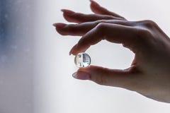 Växande vattenboll i fingrar arkivfoton