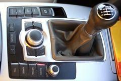 Växelspak i bilen med knappar Behandla en manuell överföring Royaltyfria Foton