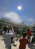 Växelverkan med den sol- förmörkelsen av 2017 Arkivbild