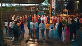 Växelverkande dansa del av den Angklung showen, Bandung stock video