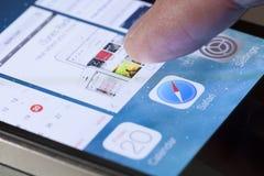 Växling mellan apps i iOS Arkivbild