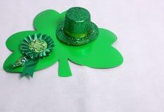 Växt av släkten Trifolium & en hatt för dag för St Patricks Royaltyfri Fotografi