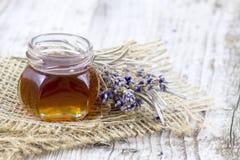 Växt- honung med lavendelblommor Arkivfoto
