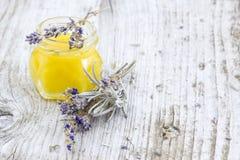 Växt- honung med lavendelblommor Arkivbild