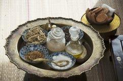Växt- kosmetisk hudomsorg och forntida thai stil för massagebrunnsort fotografering för bildbyråer