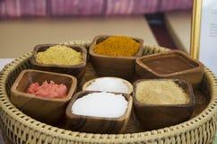 Växt- kosmetisk hudomsorg och forntida thai stil för massagebrunnsort Royaltyfri Foto
