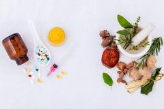 Växt- medicin VS kemisk medicin royaltyfria foton