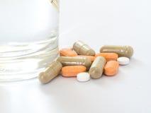 Växt- och preventivpiller med exponeringsglas av vatten Fotografering för Bildbyråer