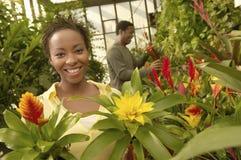 Växter för kvinna- och manköpandeblomma Royaltyfri Fotografi