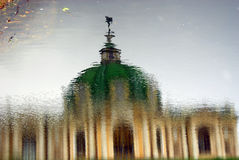 Växthuset i Kuskovo parkerar i Moskva abstrakt reflexionsvatten Arkivfoto