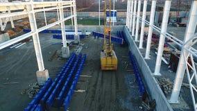 Växtkonstruktion, konstruktion av en stor fabrik eller fabrik, industriell yttersida, konstruktionsplats, flyg- sikt stock video
