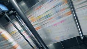 Växtmaskin, rullande tidning på en transportör arkivfilmer