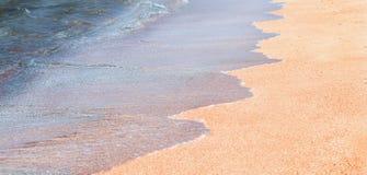 Våg av det blåa havet på den sandiga stranden royaltyfri bild
