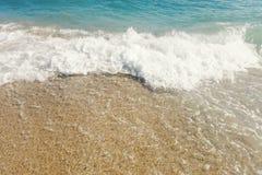 Våg av det blåa havet på slut för sandig strand upp sommarbakgrund royaltyfri foto