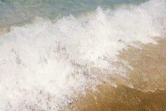 Våg av det blåa havet på slut för sandig strand upp sommarbakgrund arkivbilder