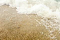 Våg av det blåa havet på slut för sandig strand upp sommarbakgrund royaltyfria foton