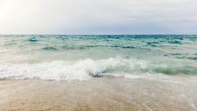 Våg av det blåa havet på slut för sandig strand upp sommarbakgrund arkivfoto