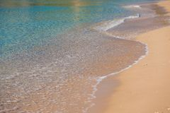 Våg av havet på den sandiga stranden Royaltyfria Bilder
