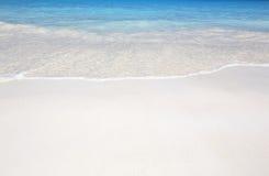 Våg av havet på sandstranden royaltyfri fotografi