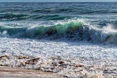 Våg av havet på sandstranden Arkivfoto
