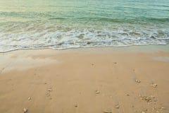 Våg av havet på sandstranden Arkivbild