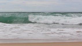 Våg av havet på sandstranden arkivfilmer