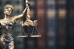 Våg av rättvisa-, för dam Justice och lagböcker i bakgrunden royaltyfri fotografi