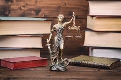 Våg av rättvisa-, för dam Justice och lagböcker i bakgrunden arkivbild