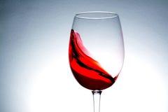 våg av rött vin i exponeringsglas Royaltyfri Bild