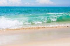 Våg för sandig strand för landskapvändkretsar Arkivfoto