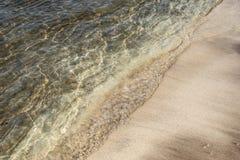 Våg för sandig strand och havs Royaltyfria Bilder