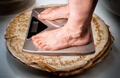 Våg för vägning av mänsklig vikt sund livsstil f?r begrepp arkivbild