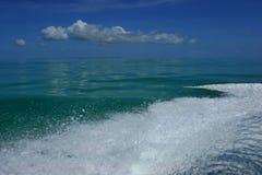 Våg från motorn på vatten Royaltyfri Foto