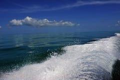 Våg från motorn på vatten Royaltyfri Bild