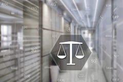 VÅG med säkerhetsskölden på pekskärmen med en suddighetsbakgrund av kontoret Begreppet av rättvisa Affär säkerhet arkivfoton