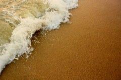 Våg och stranden Arkivfoto