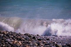 Våg på den steniga stranden Royaltyfria Bilder