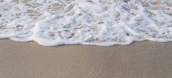 Våg på kustbakgrund Arkivfoto