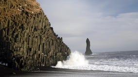 Våg på Reynisdranger, Island arkivfilmer