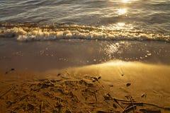 Våg på sandstrandbakgrunden arkivfoton