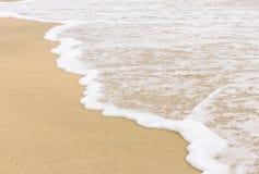 Våg på sandstranden arkivbilder