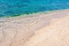 Våg på sandstranden Arkivfoton