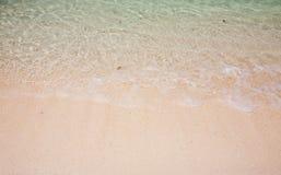 Våg på sandstranden Royaltyfri Foto