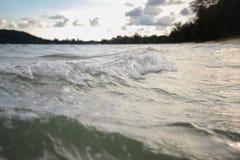 Våg på stranden i afton Royaltyfri Foto