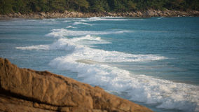Våg på stranden i Phuket royaltyfri fotografi