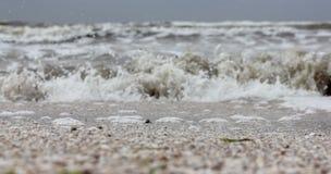 Våg som att närma sig på mjuk fokus för kust arkivfoton