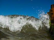 Våg som bryter den frontal closeupen Arkivfoto