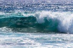 V?g som bryter n?ra kust av Hawaii stora ? arkivbild