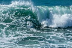 Våg som bryter på den Fistral stranden, norr Cornwall kustlinje arkivbilder