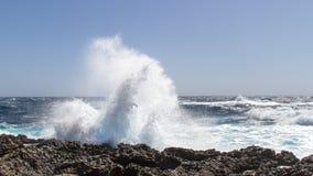 Våg som bryter på kusten Arkivfoto
